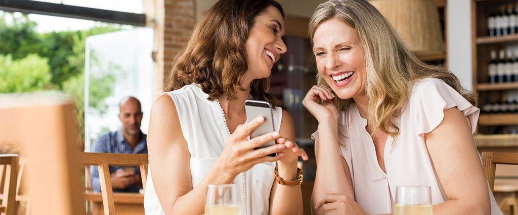 Glückliche Frauen im Café